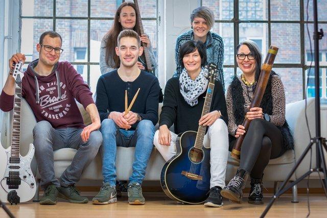 Petra Feddersen & Friends ( Tengerin Doo Worship )